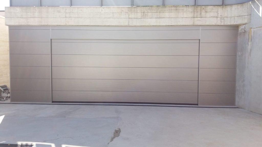 Porta sezionale in metallo con personalizzazione parete - Ferrari Porte