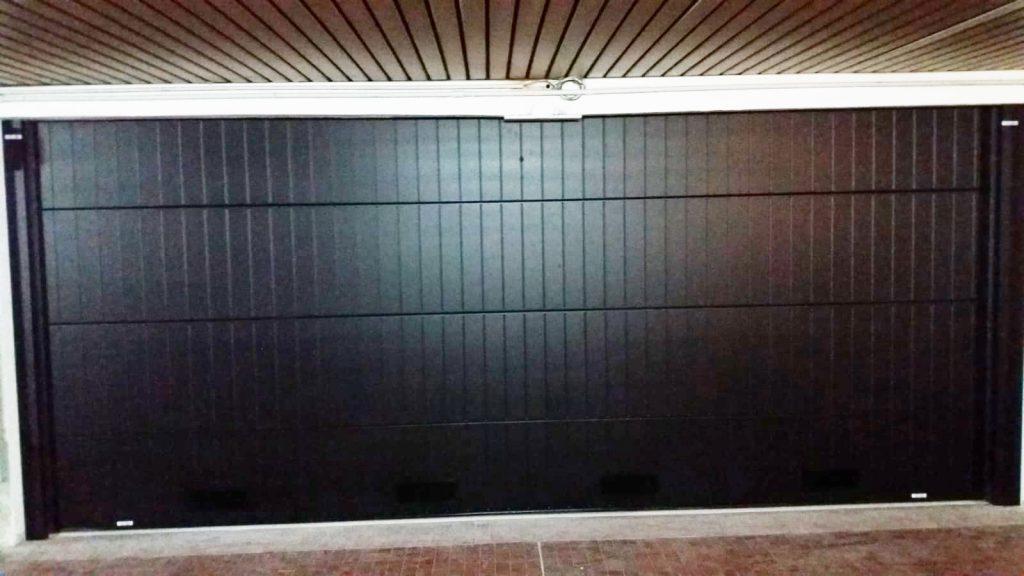 Porta sezionale in metallo per garage con doghe verticali - Ferrari Porte